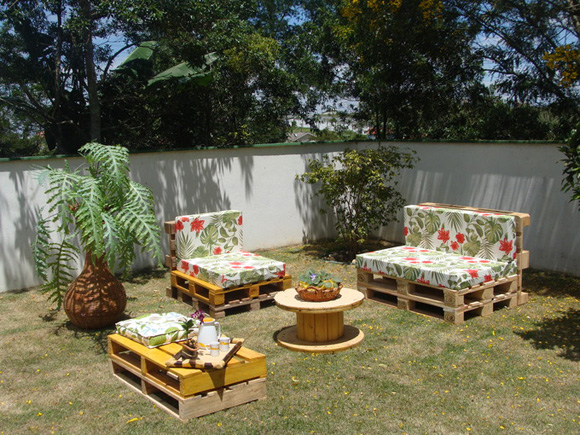 Para dar um charme aos móveis feitos de pallets prefira almofadas com estampas mais alegres