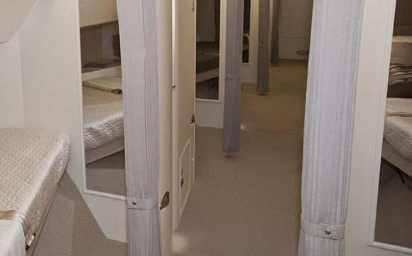 Avião possui quartos individuais, o que permite a acomodação de bastante gente