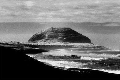 Monte Suribachi em Iwo Jima. Crédito: pinterest.