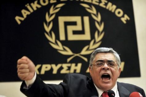 O líder Nikos Michaloliakos do partido Aurora Dourada foi por participação em organização criminosa. Crédito: Público.