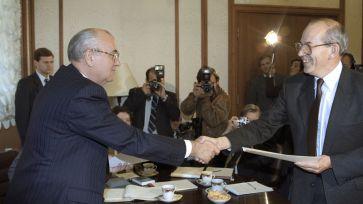 Mikhail Gorbatchov e Michel Camdessus- diretor gerente do Fundo Monetário Internacional- em 1991. Crédito: Gazeta Ru.