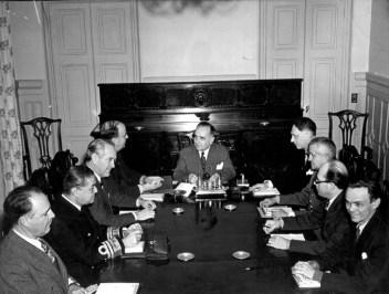 Getúlio Vargas reunido com seu ministério após declaração de guerra ao Eixo, 1942. Rio. Crédito: CPDOC - FGV.