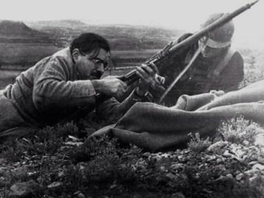 Ernest Hemingway inspeciona um rifle com um soldado republicano durante a Guerra Civil Espanhola, em 1938. Crédito: Reddit.
