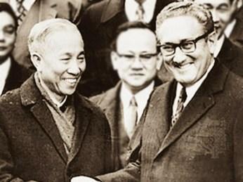 Lê Đức Thọ. e Henry Kissinger. Crédito: HanoiTV.