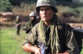 """Charlie Shenn em """"Platoon"""" (1986). Crédito: O Beco do Cinema."""