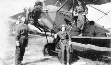 Aviadoras do 588° Regimento junto a um Po-2 em um campo auxiliar. Crédito: domínio púbico/Livro Bruxas da Noite.