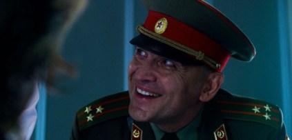 Cena com coronel russo, vilão da terceira temporada do seriado Stranger Things. Crédito: thatswhatshehad.com