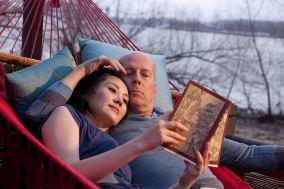 """Bruce Willis e Qing Xu em """"Looper"""" (2012). Crédito: IMDb."""