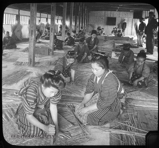 Cenas da Era Meiji - Mulheres no trabalho em uma fábrica de cestas de bambu em 1904. Crédito: Old Photo Japan.
