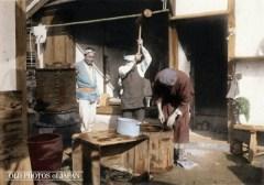 Cenas da Era Meiji - Mochi é um tipo de bolo de arroz pegajoso feito batendo arroz em um recipiente grande. Crédito: Kozaburo Tamamura/ All about Japan/ Old Photos of Japan.