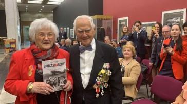 A veterana Galina Brok-Beltsova, aviadora soviética, ao lado do veterano brasileiro Melchisedech Afonso de Carvalho, durante o 74° aniversário da Vitória sobre o Nazismo, em Moscou, ano passado, 2019. Crédito: Blog darozhistoriamilitar.