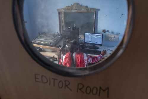 A estação de rádio, localizada a três quilômetros da costa, transmite programas sobre meio ambiente, mudanças climáticas, gestão de desastres, entre outros tópicos registrados por seus voluntários treinados. Crédito: Kartik Chandramouli/One Earth.