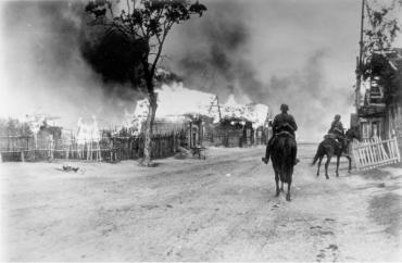 Soldados alemães a cavalo em uma vila em chamas perto de Mogilev, no Dnieper. O Exército Vermelho foi expulso pelo fogo de artilharia alemão. Crédito: wikiwand.