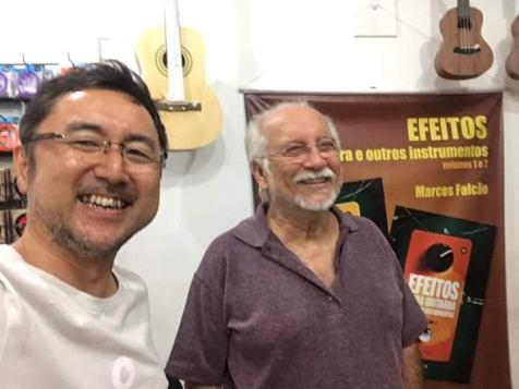 Michinari Usuda (esq.) e Roberto Menescal (dir.) em show no Japão. Crédito: Arquivo Pessoal.