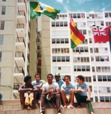 Teófilo Stevenson, mito do boxe cubano, ao lado de Sidnei Dal Rovere. Crédito Arquivo pessoal Sidnei Dal Rovere/https://terceirotempo.uol.com.br/.