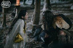 Asa Hon (Choo Ja Hyun) (esq.) uma Saram da família Asa, Tribo da Montanha Branca e Ragaz (Yoo Teo), um Neanthal. Crédito: Twitter Haeri_Go_4815.