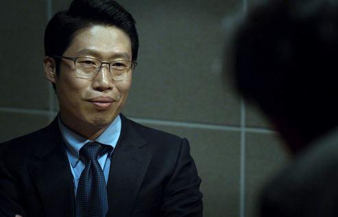 Yu Hae Jin interpreta o diretor Choi. Crédito: IMDb.