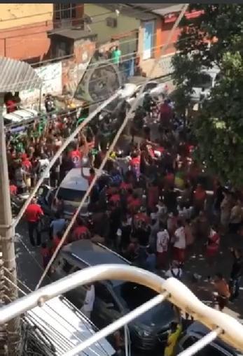Concentração de Torcida Organizada num campeonato de bairro aqui perto. Crédito: Danilo Mandelli.