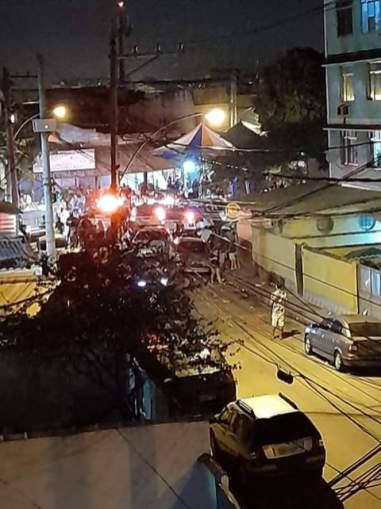 """Operação das forças de segurança pra acabar com aglomeração num samba de rua, aqui perto também, num local conhecido como """"Ponto Chic"""", em Padre Miguel. Crédito: Danilo Mandelli."""