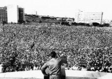 Fidel Castro fala à multidão na praça da Revolução em Cuba. Crédito: https://www.invent-the-future.org/