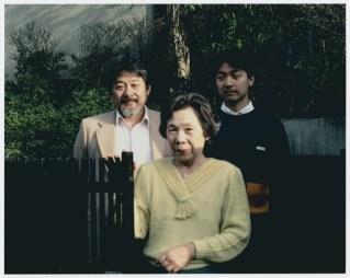 Yukiko Sugihara posa com o filho e neto Crédito: United States Holocaust Memorial Museum.