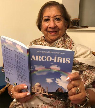 Joana e seu livro Arco-Iris. Crédito: Arquivo pessoal.