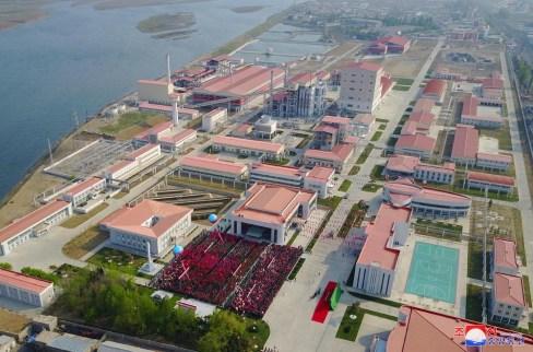 A nova fábrica de fertilizantes de Sunchon, inaugurada em 1º de Maio de 2020, é um exemplo dos esforços da RPDC em melhorar a produção agrícola. Crédito: KCNA.