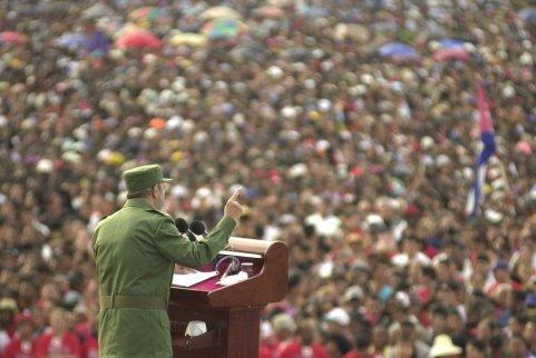 Multidão ouve Fidel Castro durante um discurso em Santiago (Cuba), em junho de 2002. O maior evento anunciado para este 90º aniversário serão várias apresentações de corais infantis em toda a ilha. Crédito: Cristobal Herrera/AP/El País.
