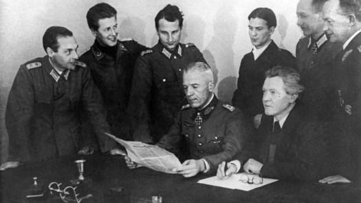 Walther von Seydlitz-Kurzbach (centro) com membros do Comitê Nacional em Prol da Alemanha Livre. Crédito: TASS.