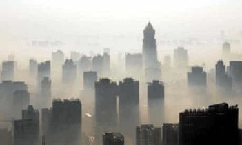 Imagem da poluição do ar na cidade de Wuhan em 2012. Crédito: https://www.theguardian.com