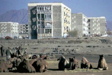 Prédios de apartamentos modernos construídos em Cabul na década de 1980 com ajuda soviética. Crédito: TASS.
