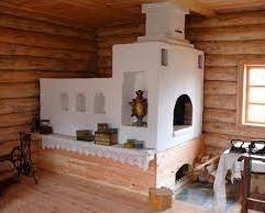 O Petch é o tradicional fogão/forno russo. Único na sua forma como é possível ver. Crédito: https://gaiminsk.by/