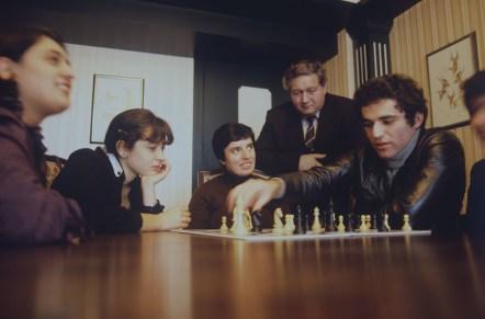 O campeão Garry Kasparov discute partidas com as enxadristas gerogianas Maia Tchiburdanidze, Nana Aleksandria e Nona Gaprindachvili. Crédito: Boris Kaufman/Sputnik.