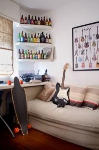 """Una colección de botellas de cervezas artesanales de todo el mundo, traídas de viajes de sus hijos y amigos de sus hijos, anima el rincón del cuarto de estudio adolescente"""""""
