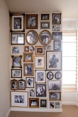 """""""En este rincón de fotos desquité mucho de mi amor por lo antiguo. Fui eligiendo los marcos los domingos en Tristán Narvaja, o en anticuarios. Las fotos las quise en blanco y negro. Para mí es como hacer honor al paso del tiempo. Me encanta subir la escalera y encontrarme con estos recuerdos"""""""
