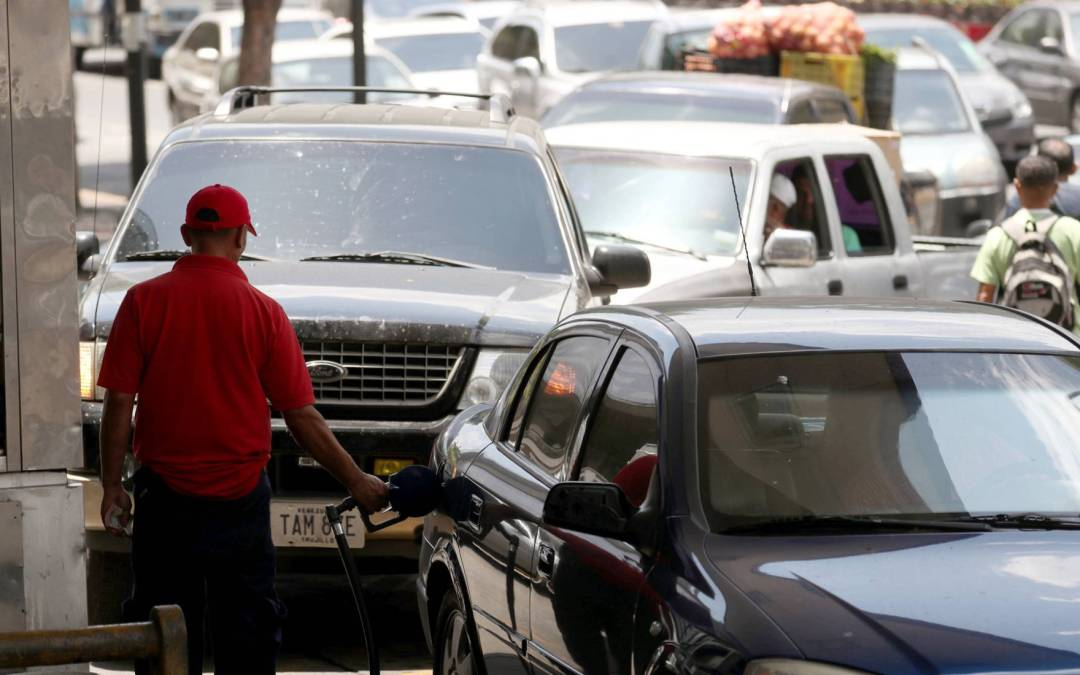 Protestas y largas colas por la escasez de combustible en Venezuela