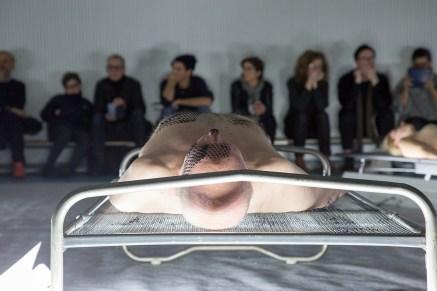 Naufus Ramírez-Figueroa, The Print of Sleep (2016), imagen de la performance. Artista comisionado por If I Can't Dance, I Don't Want To Be Part Of Your Revolution. Fotografía: Kyle Tryhorn.