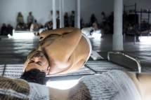 Naufus Ramírez-Figueroa, The Print of Sleep (2016), imagen de la performance. Artista comisionado por If I Can't Dance, I Don't Want To Be Part Of Your Revolution. Fotografía: Frank Sperling.