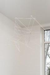 Falke Pisano, Changing Perspectives, 2015. Madera, fieltro, cordel. 160 x 140 x 50 cm. Cortesía del artista y Ellen de Bruijne Projects, Amsterdam.