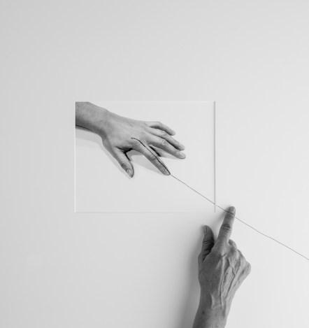 Liliana Porter. Forty Years II A (Hand, over horizontal Line 1973), 2013 Impresión. Cortesía de la artista y Galería Espacio Mínimo