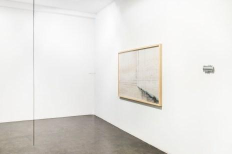 Exposición Emplazamiento. Ding Musa. Apertura 2017 Muelle, fotografía escalera y copiador de horizontes