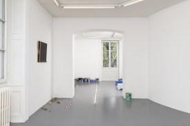 «Salle bleue avec traînée de lumière / Blue room with streak of light», potes de pintura y trapo de la villa, 3 neones, dimensiones variables, 2017