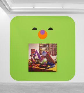 Ad Minoliti, Teddy Bear Green, 2018. Pintura, Acrílico sobre muro, 350 x 350 cm, AM14884. Cortesía Peres Projects, Berlín. Foto: Matthias Kolb