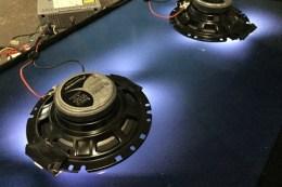 300CE (Carine Klonowski y Étienne François) Nightbreaker, 2017 Instalación con pantalla LCD, radio y altavoz de automóvil, sonido de CD. 5 pistas en bucle.