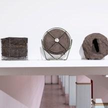 Jorge Macchi, Triptych (2018). Nido (Arcilla), Jaula (Metal, Arcilla), Ventilador (Metal, Arcilla). 25 x 23 x 25 cm, 22 x 17 x 20 cm, 27 x 16 x 29 cm. Cortesía GALLERIA CONTINUA, San Gimignano / Beijing / Les Moulins / Habana. Foto: Ela Bialkowska, OKNO Studio