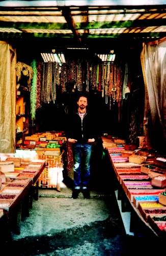 Michel Nedjar, Foto de Teo Hernández frente al almacén en el que trabajaba en el mercado Malik. Fondo Fondo Teo Hernández, Centro Pompidou/MNAM/CCI - Biblioteca Kandinsky