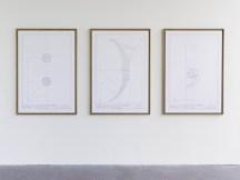 """Vista de la exposición colectiva """"des attentions"""" (cur. Brice Domingues, Catherine Guiral, Hélène Meisel), Centro de arte contemporáneo de Ivry – le Crédac, 2019. Fouad Bouchoucha, Deux-points, 2018 ; Parenthèse, 2018 ; Point-virgule, 2015-2018. Cortesía galerías Yoko Uhoda, Liège / Éric Dupont, París. Foto : André Morin / le Crédac."""