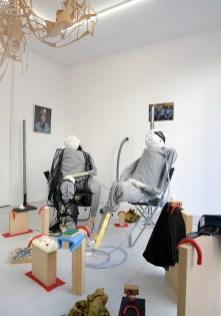 Andrés Aizicovich y Liv Schulman. Imágenes de la instalación, Assemblage #17 Proustien et dans le déni (Shamanic nouveau), en Julio Artist Run Space, París. Cortesía de Julio Artist Run Space