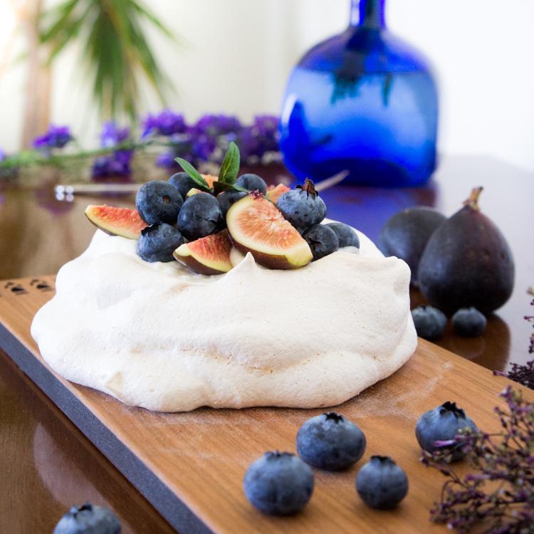 Pavlova, merengue con crema, de higos con mora azul