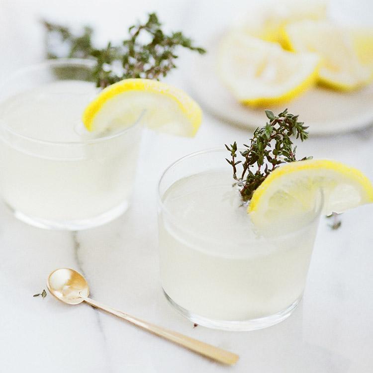 Coctel de prosecco y limon con tomillo